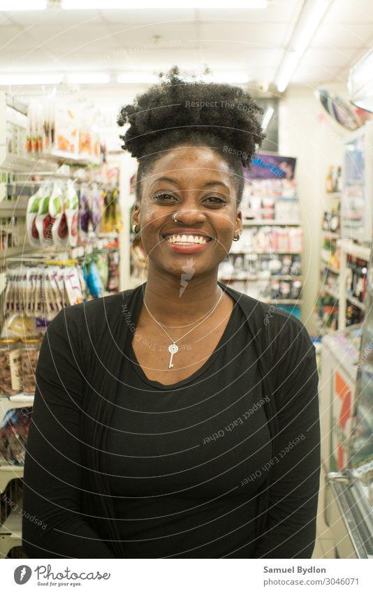 Junge Dame lächelt in die Kamera feminin Junge Frau Jugendliche Schwester 18-30 Jahre Erwachsene Lächeln lachen Freundlichkeit Fröhlichkeit Gesundheit braun