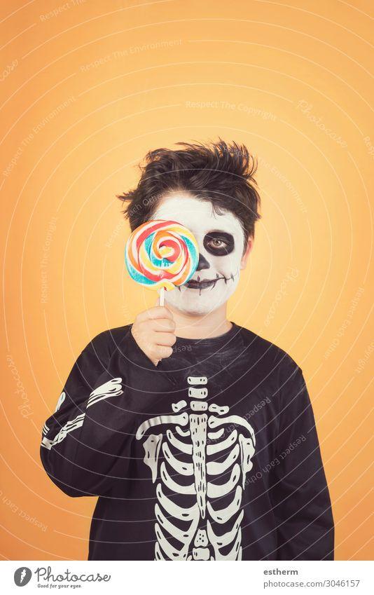 Fröhliches Halloween.lustiges Kind im Skelettkostüm Essen Freude Glück Behandlung Feste & Feiern Kindheit Herbst Lächeln dunkel Fröhlichkeit niedlich