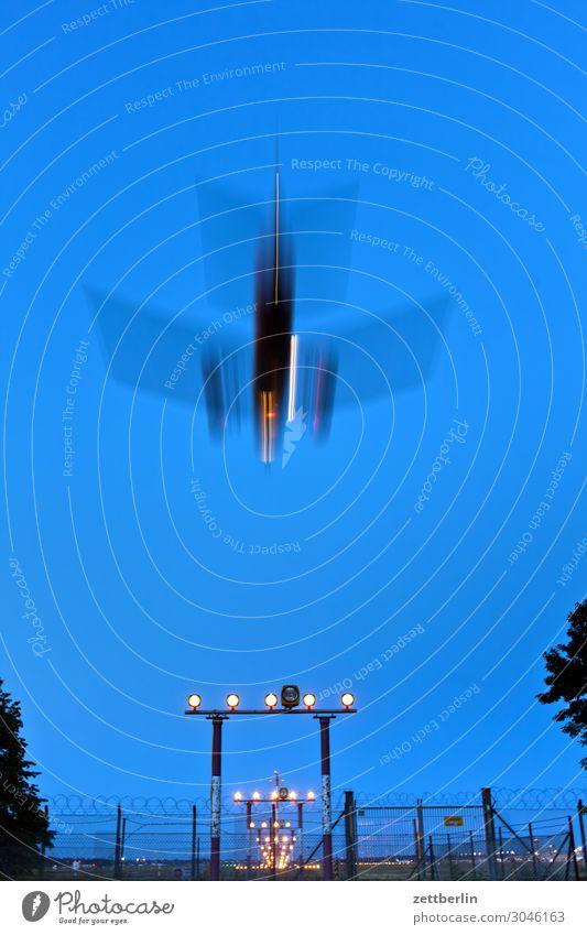 Landen in Tegel Berlin Bewegungsunschärfe Kohlendioxid Flugzeug fliegen Luftverkehr fliegend Flughafen Flugplatz Froschperspektive Himmel Himmel (Jenseits)