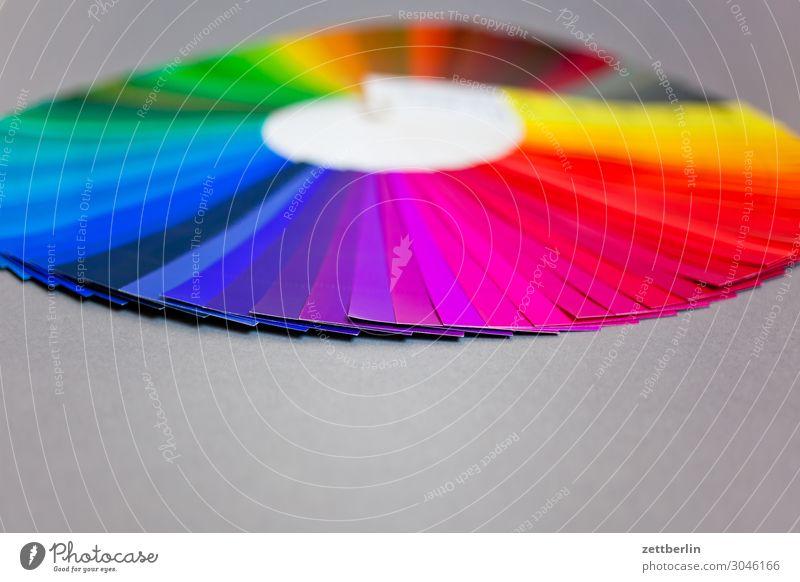 Farbkreis mit Violett im Vordergrund mehrfarbig Druck Druckerei Schriftstück Fächer Farbe Farbstoff Farbkarte Farbskala Farbbrillianz Farbwert Farbenspiel