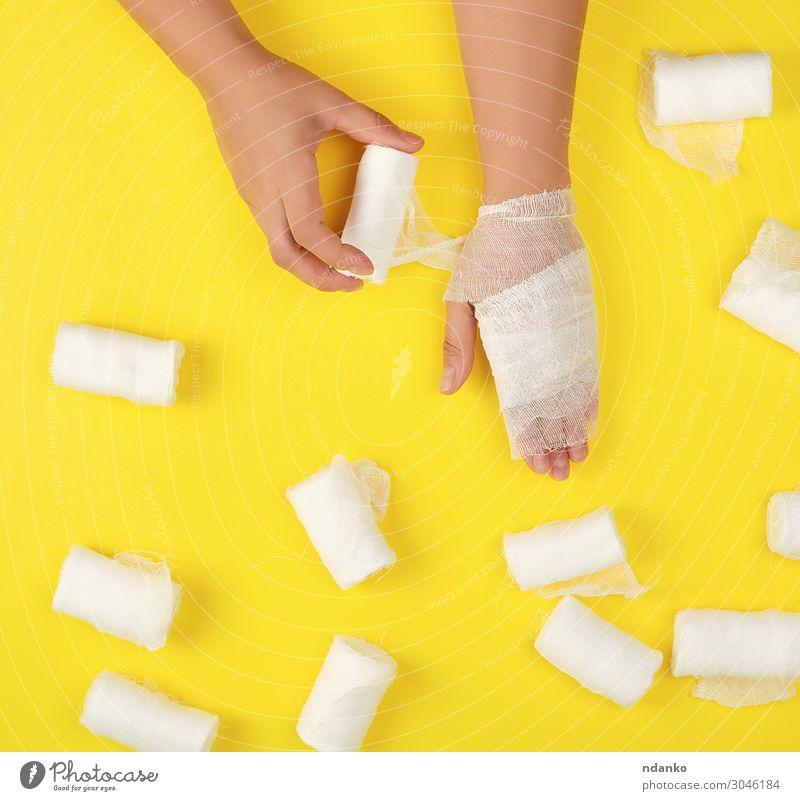 rechte Hand mit weißer Gazebinde umwickelt Körper Gesundheitswesen Behandlung Krankheit Medikament Mensch Frau Erwachsene Arme Finger Sauberkeit gelb Schutz