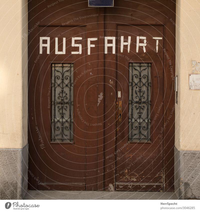 Eingang / Ausfahrt Stadt Altstadt Haus Tor Bauwerk Gebäude Mauer Wand Tür Holz Schriftzeichen alt einzigartig braun bescheiden Eingangstor Durchgang schmal