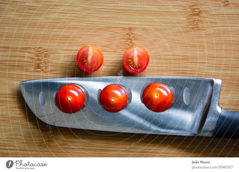 Geschnittene Kirschtomaten Gemüse Salat Salatbeilage Frucht Ernährung Mittagessen Abendessen Bioprodukte Vegetarische Ernährung Diät Besteck Messer Metall Stahl