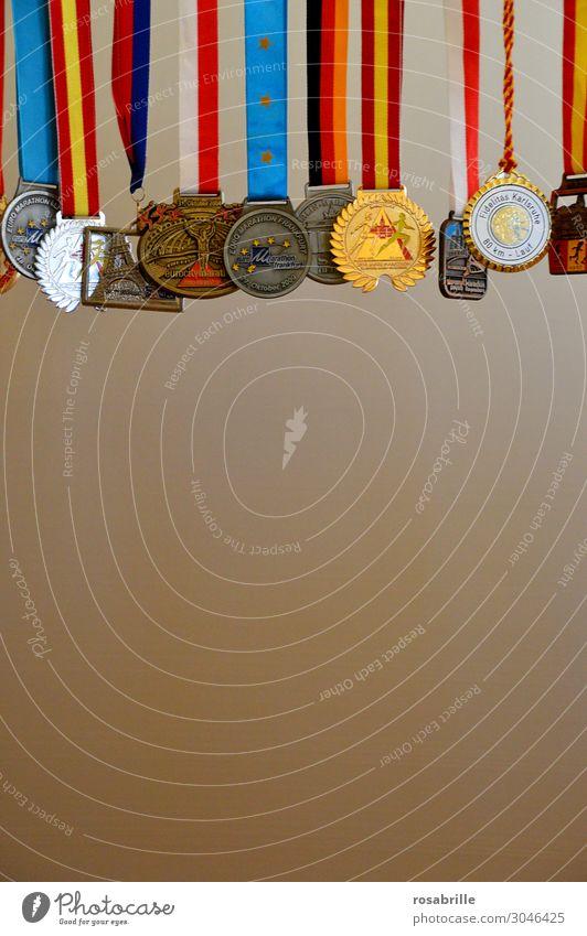 hart erkämpft | wertvoll Sport Erfolg laufen Laufsport Ziel rennen Erinnerung Stolz Sportveranstaltung kämpfen Joggen Erreichen Sieg Marathon Medaille Trophäe