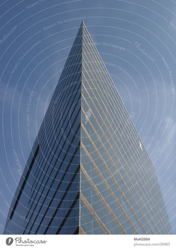 Eine Spitze Sache Himmel blau Gebäude Architektur Hochhaus Ecke Düsseldorf Symmetrie Stadttor