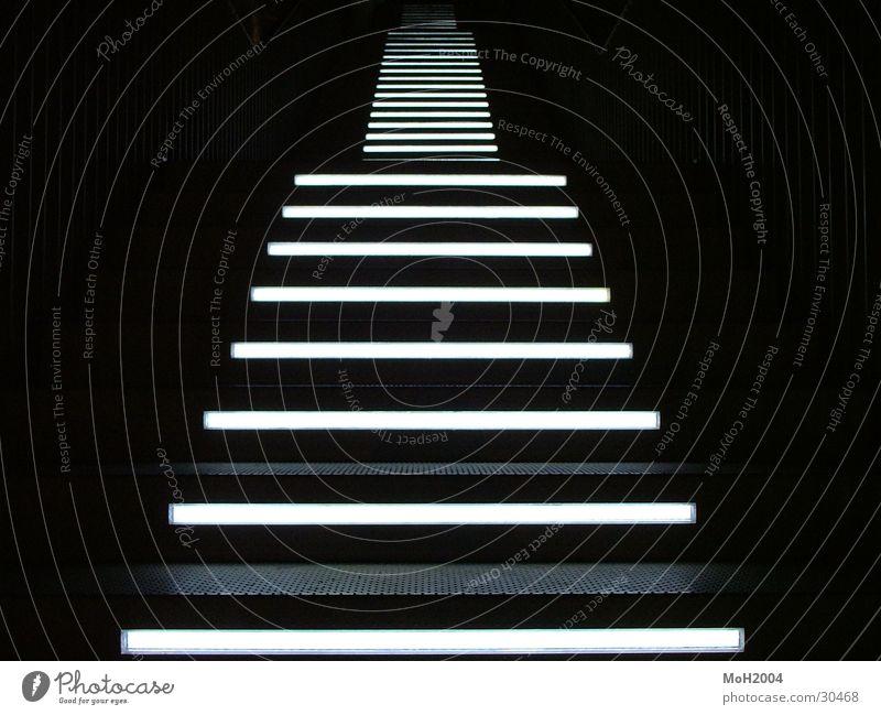 Weg in die Nacht schwarz Lampe dunkel Beleuchtung Architektur gehen Treppe steigen Symmetrie streng