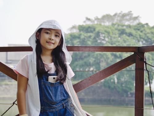 Kind Mensch Ferien & Urlaub & Reisen Natur Sommer Wasser Baum Erholung Freude Mädchen Frühling feminin Tourismus See Kindheit Insel