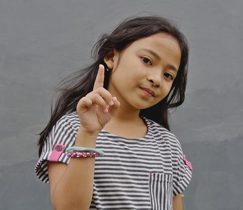 Kind Mensch schön weiß Mädchen feminin grau rosa Zufriedenheit träumen elegant Kindheit niedlich Gelassenheit Stoff selbstbewußt