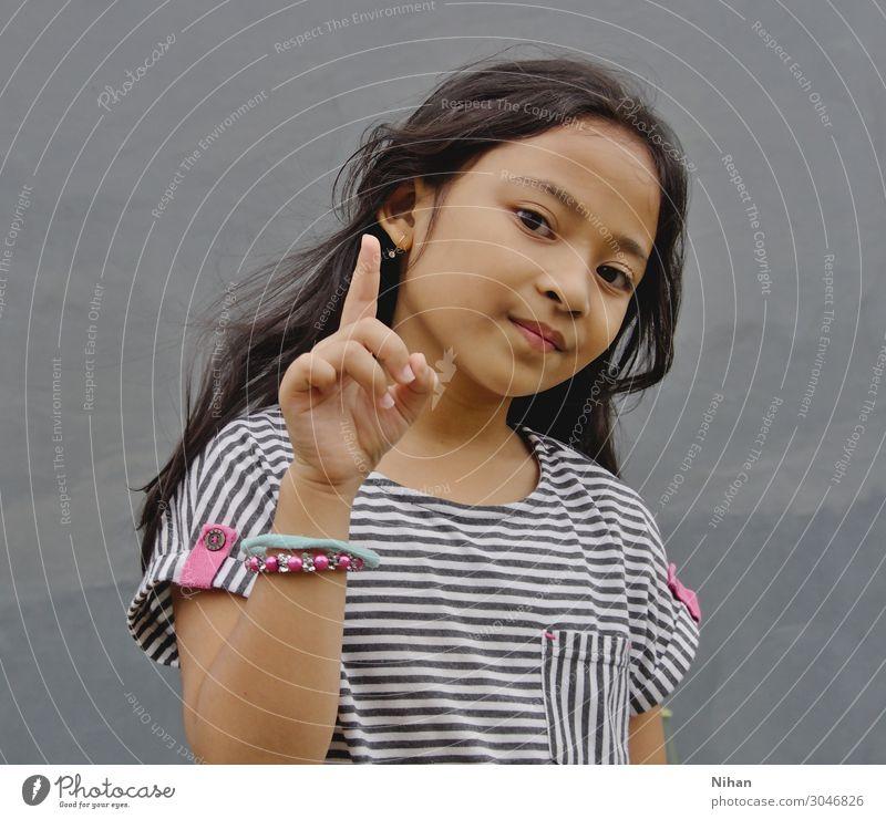 Nummer eins Mensch feminin Kind Mädchen 1 3-8 Jahre Kindheit Stoff schwarzhaarig langhaarig schön niedlich grau rosa weiß selbstbewußt Gelassenheit elegant