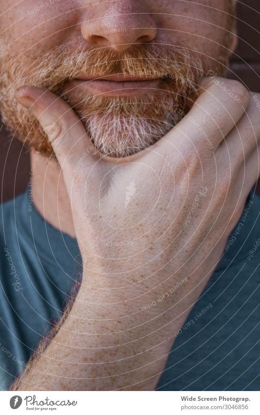Mensch Jugendliche Mann Hand 18-30 Jahre Gesicht Erwachsene orange Denken maskulin Lächeln Finger Mund Nase Freundlichkeit T-Shirt