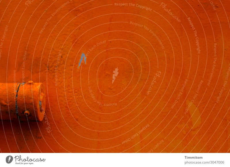Kratzer im Lack eines Molenfeuers Teilansicht orange Farbe Scharnier grell Metall Farbfoto Detailaufnahme Menschenleer Außenaufnahme Dänemark Textfreiraum