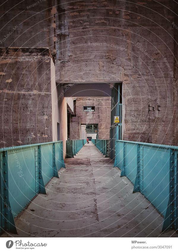 auf dem staudamm Technik & Technologie Mensch 1 alt Beton Stahl Bauwerk Staumauer Industrie trist Wege & Pfade Durchgang Farbfoto Außenaufnahme