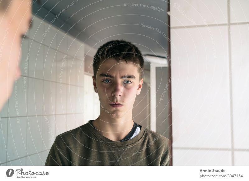 Porträt im Spiegel Lifestyle Sinnesorgane ruhig Mensch maskulin Junger Mann Jugendliche Gesicht 1 13-18 Jahre Stimmung Willensstärke achtsam Selbstbeherrschung