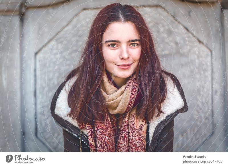 Porträt mit Lederjacke Lifestyle Stil Freude schön Zufriedenheit Erholung Winter Mensch Junge Frau Jugendliche Erwachsene 1 18-30 Jahre Mode Schal Ornament