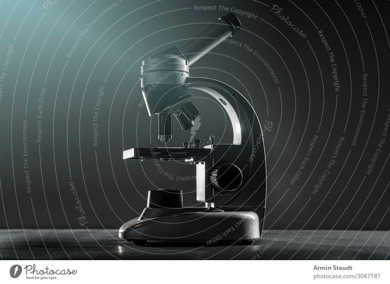 Mikroskop Lifestyle Stil Schule Design Metall retro glänzend Glas ästhetisch Tisch lernen Studium Neugier entdecken geheimnisvoll Bildung