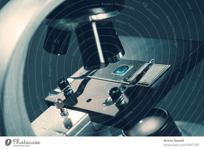 Mikroskop 2 Lifestyle Stil Schule Design Metall retro glänzend Glas ästhetisch Studium Neugier entdecken geheimnisvoll Bildung rein Wissenschaften