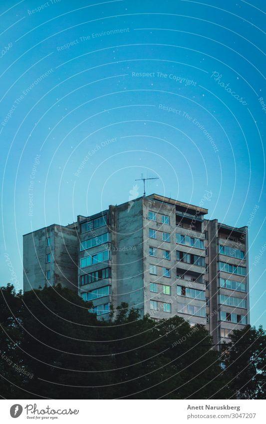 Am Himmel mit Diamanten Stadt Hauptstadt Stadtrand Skyline bevölkert Haus Hochhaus Bauwerk Gebäude Architektur Wohnhaus sowjetisches Gebäude blau alt Stern