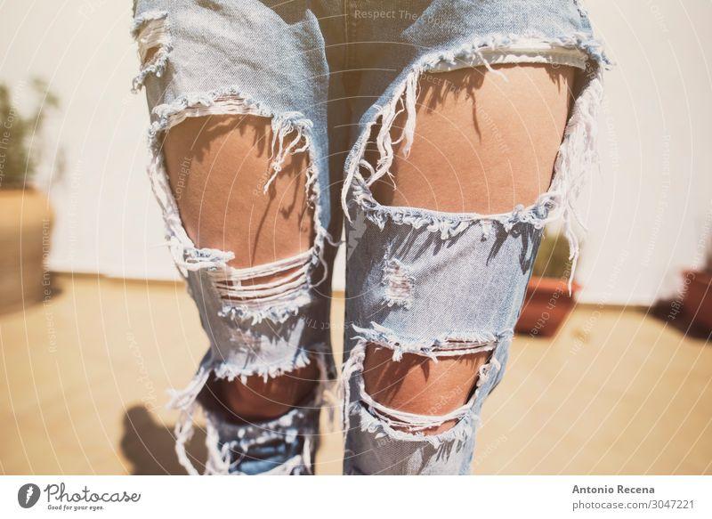 zerrissene Jeans Lifestyle Stil Frau Erwachsene Mode Bekleidung Hose Jeanshose Damenschuhe Erotik niedlich gerissen Erdhöhle gebrochen attraktiv 30s 20s