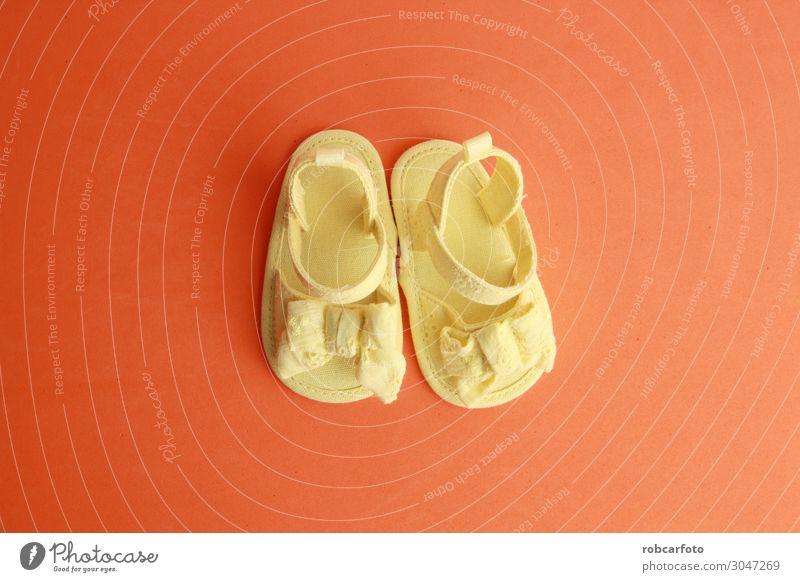 gelbe Babysandalen mit Schleife Stil Design schön Sommer Kind Kindheit Fuß Mode Bekleidung Schuhe trendy klein niedlich rosa Farbe Mädchen Hintergrund Sandale