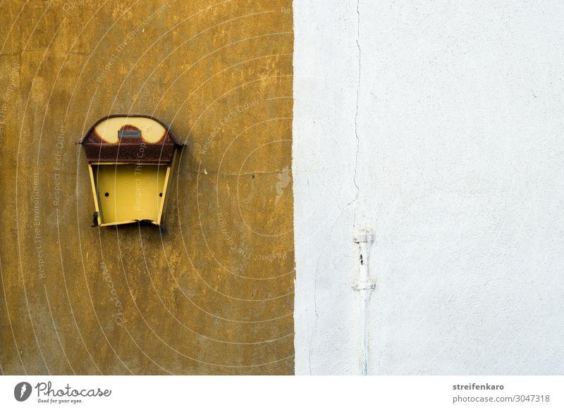 Alter kaputter Briefkasten an zweifarbiger Hauswand Häusliches Leben Wohnung Renovieren Wand Büro Post sprechen Menschenleer Mauer Fassade Stein Metall hängen
