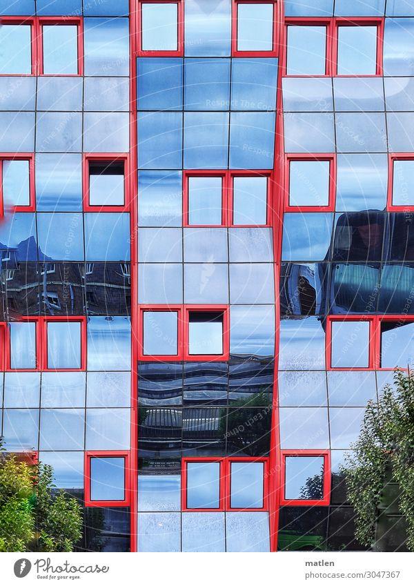 Glasfassade Stadt Stadtzentrum Menschenleer Haus Hochhaus Gebäude Architektur Fassade Fenster blau grün rot gekrümmt Baum Farbfoto Außenaufnahme Muster