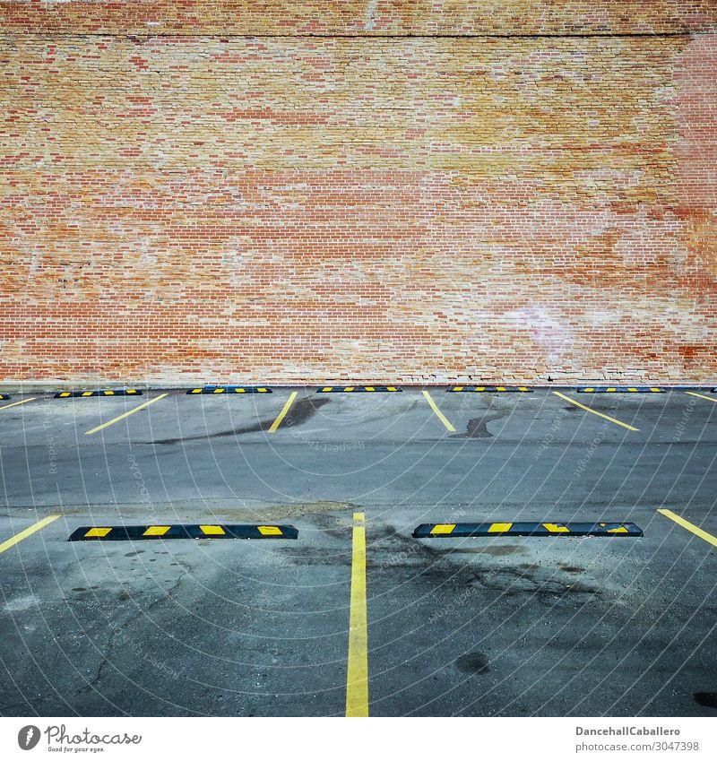 wo ist mein Auto...? Stadt Architektur Mauer Wand Fassade Verkehr Straßenverkehr Autofahren PKW frei modern gelb grau orange rot Design Mobilität Symmetrie