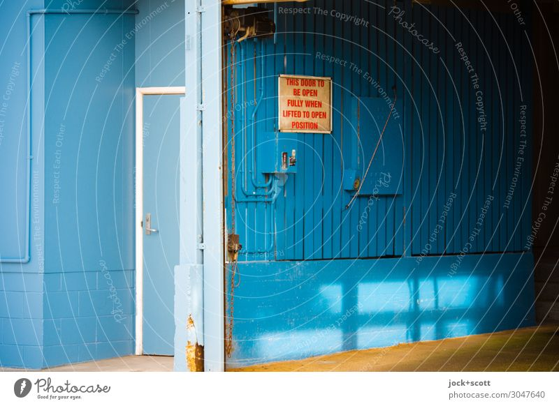 this door to be open fully when lifted to open position blau ruhig Holz Wand Stil Mauer Stimmung retro frei Tür offen authentisch Hinweisschild planen Schutz