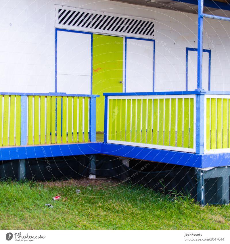veranda Wiese Queensland Holzhaus Tür Veranda Geländer Ecke authentisch eckig einzigartig blau grün weiß Sicherheit Farbe Ordnung Stil geschlossen
