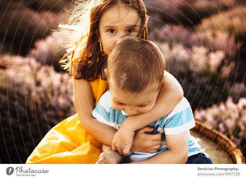 Bruder und Schwester, die sich umarmen. Lifestyle Freude Glück Gesicht Freizeit & Hobby Spielen Freiheit Sommer Sonne Junge Familie & Verwandtschaft