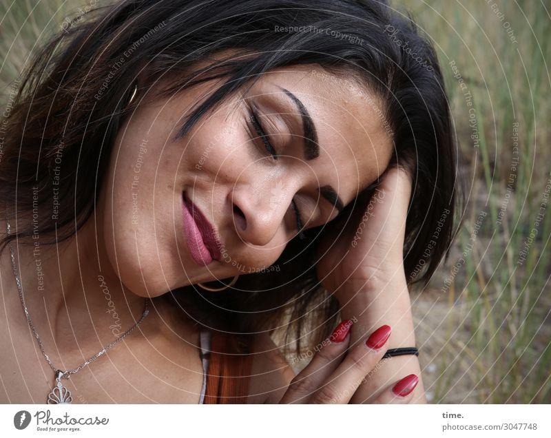 Estila feminin Frau Erwachsene 1 Mensch Wiese T-Shirt Schmuck schwarzhaarig brünett festhalten Lächeln träumen schön Lebensfreude Leidenschaft Vertrauen