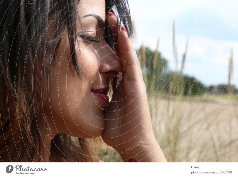 Estila feminin Frau Erwachsene 1 Mensch Sand Himmel Wolken Schönes Wetter Wiese brünett langhaarig festhalten Lächeln träumen Freundlichkeit schön Glück