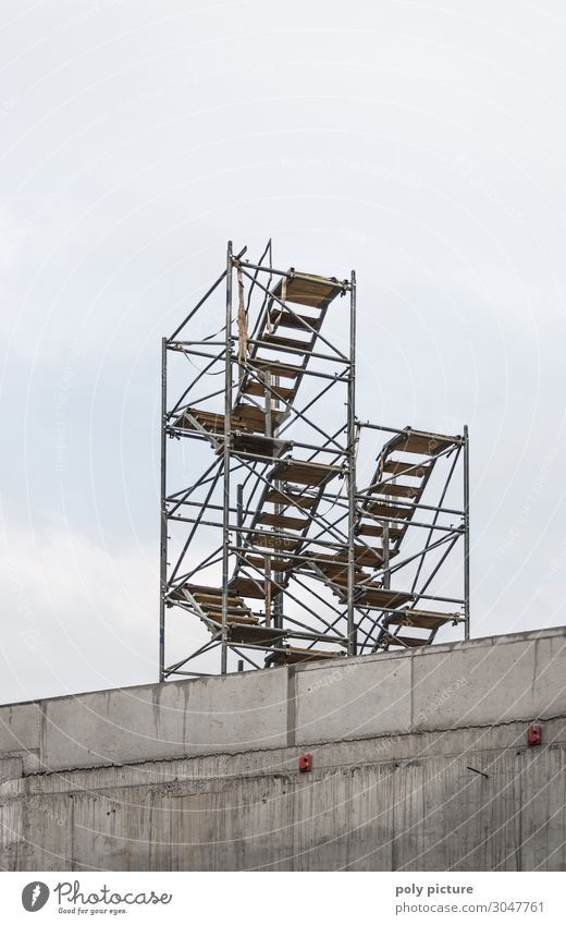 stairway to heaven Haus Hausbau Renovieren Stadt Stadtzentrum Menschenleer Bauwerk Architektur Mauer Wand Fassade Dach Hoffnung modern Vergänglichkeit