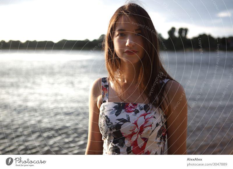Portrait einer jungen Frau am Strand schön Wohlgefühl Sinnesorgane Junge Frau Jugendliche 18-30 Jahre Erwachsene Landschaft Sonnenaufgang Sonnenuntergang Sommer