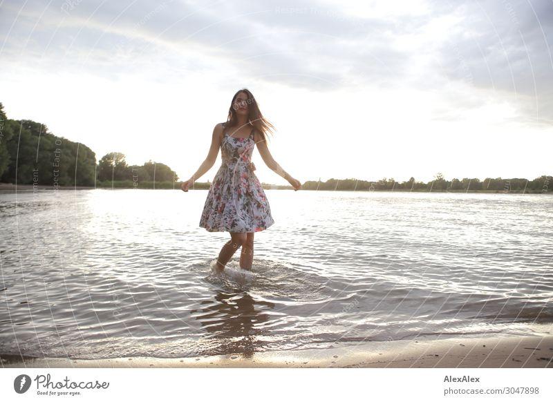 Junge Frau im Rhein Jugendliche Sommer schön Wasser Landschaft Baum Freude Strand 18-30 Jahre Lifestyle Erwachsene Leben natürlich lachen Stil