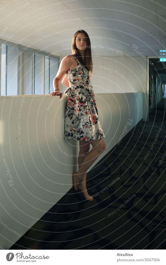 Junge Frau in Hotelflur Jugendliche Stadt schön Freude Fenster 18-30 Jahre Lifestyle Erwachsene Stil ästhetisch stehen authentisch Perspektive warten Neugier