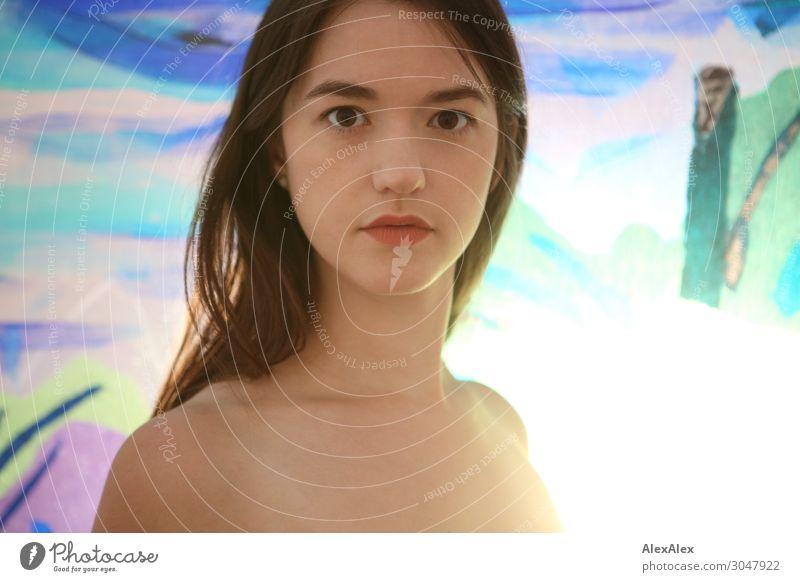 Gegenlichtportrait einer jungen Frau vor einer bunten Glaswand Jugendliche Junge Frau schön 18-30 Jahre Gesicht Lifestyle Erwachsene Leben natürlich Stil