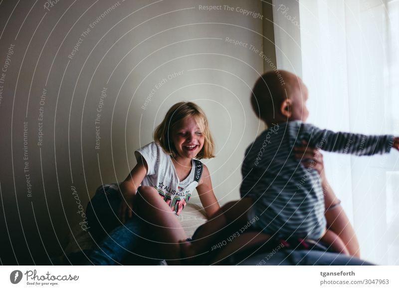 Familienzeit Kind Mensch Jugendliche Erholung Freude Mädchen 18-30 Jahre Lifestyle Erwachsene feminin Familie & Verwandtschaft lachen Glück Spielen Stimmung
