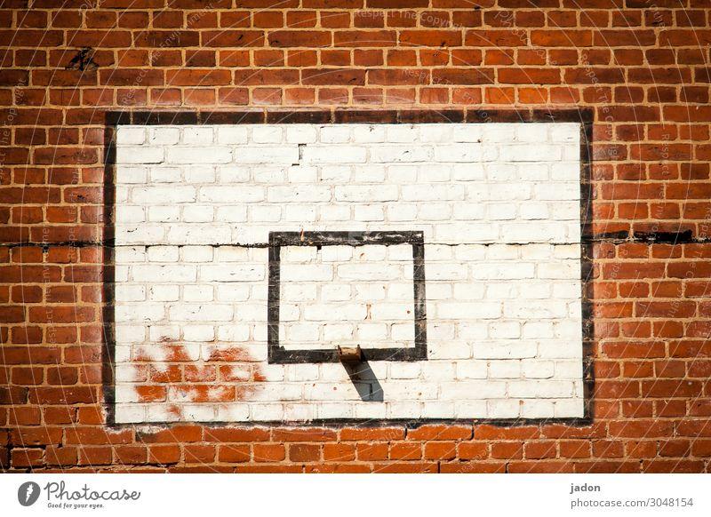 vierecke(n). Stil Sport Ballsport Schulgebäude Schulhof Menschenleer Haus Mauer Wand Stein Zeichen zeichnen Spielen trendy rot Verfall eckig ziegelrot Backstein