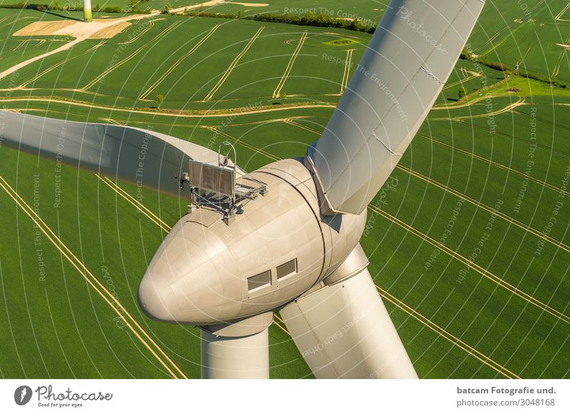 Windkraftanlage Luftbild auf grünem Feld Maschine Technik & Technologie Energiewirtschaft Erneuerbare Energie modern gelb grau Windmühle enercon Nahaufnahme