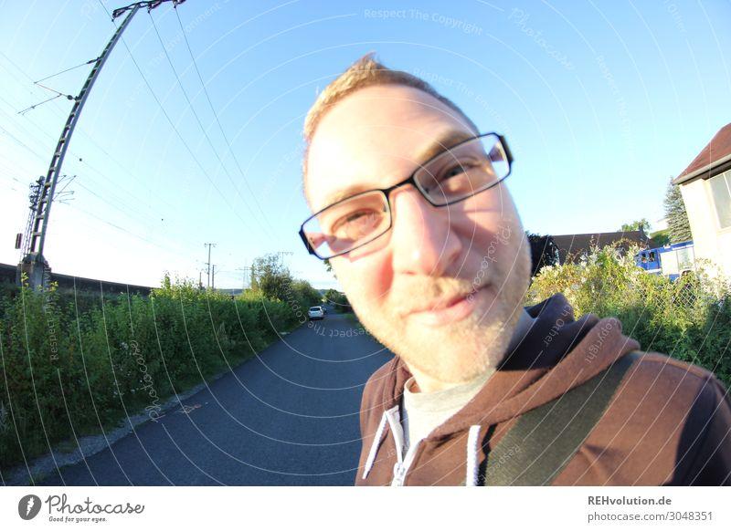 Fisheye Junger Mann mit Brille draußen Lifestyle Freizeit & Hobby Mensch maskulin Jugendliche Erwachsene Gesicht 1 18-30 Jahre Umwelt Natur Sonnenlicht Frühling