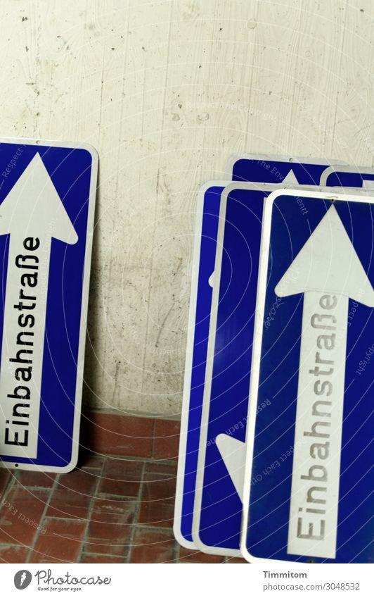 Einbahnstraßen Mauer Wand Lagerhalle Bodenbelag Verkehr Zeichen Schriftzeichen Schilder & Markierungen Verkehrszeichen warten blau Ordnung Beton Backstein