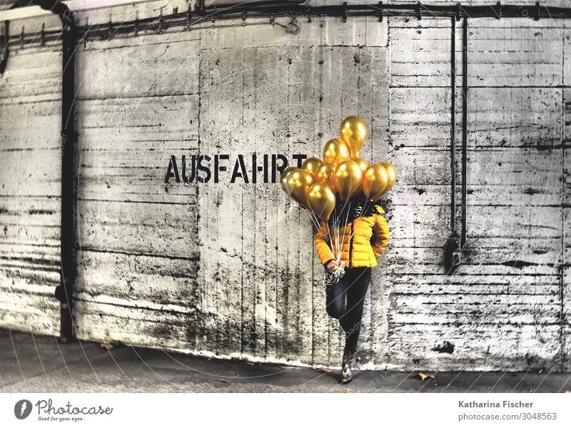 AUSFAHRT, goldene Aussichten, hier entlang Mensch weiß schwarz Graffiti gelb Wand Kunst Mauer stehen Coolness Luftballon Jacke Ballone Garage Tiefgarage