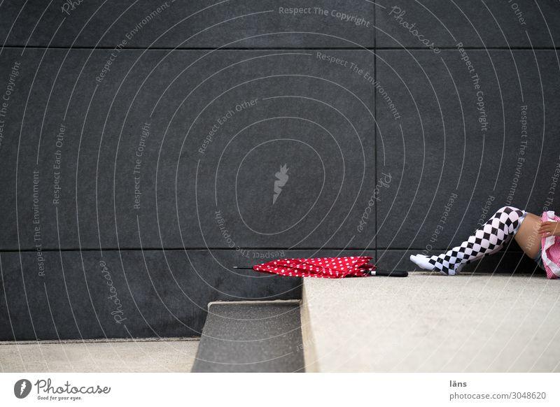 mit schirm, charme und melone Mensch feminin Frau Erwachsene Leben Beine 1 Chemnitz Mauer Wand Strümpfe Regenschirm liegen außergewöhnlich Freude Lebensfreude