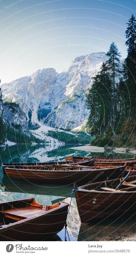 Wooden boats on beautiful mountain lake Ferien & Urlaub & Reisen Tourismus Ausflug Abenteuer Ferne Freiheit Sightseeing Expedition Berge u. Gebirge wandern