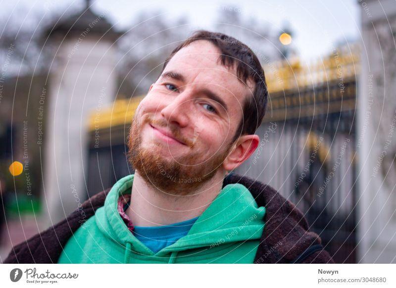 Zufriendener Tourist vor Buckingham Palace in London, England Tourismus Ausflug maskulin Junger Mann Jugendliche Kopf Bart 1 Mensch 18-30 Jahre Erwachsene