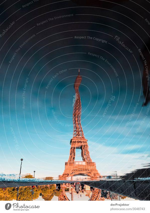 Eiffelturm in einer Pfützenspiegelung Ferien & Urlaub & Reisen Tourismus Ausflug Abenteuer Freiheit Sightseeing Städtereise Sommer Sommerurlaub Bauwerk Gebäude