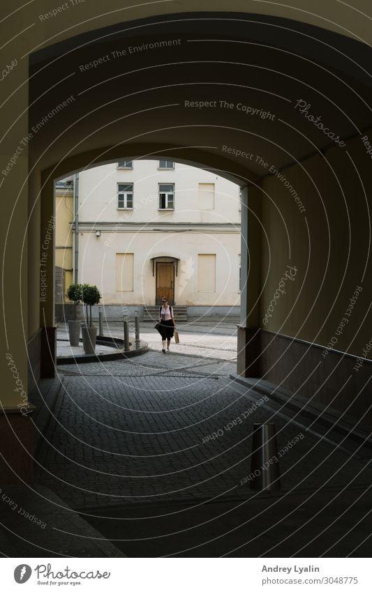 Eintrag Mensch Frau Erwachsene Stadt Altstadt Platz Tunnel Tor Gebäude Mauer Wand Stein Beton schön Farbfoto Außenaufnahme Detailaufnahme Tag Schatten