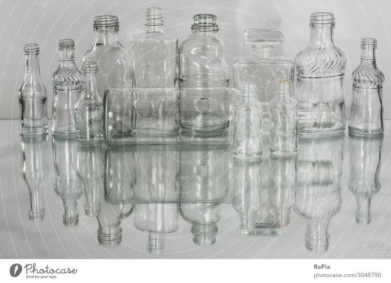 Transparente Glasflaschen. Lebensmittel Getränk Alkohol Spirituosen Flasche Lifestyle kaufen Design Arbeit & Erwerbstätigkeit Wirtschaft Industrie Werbebranche