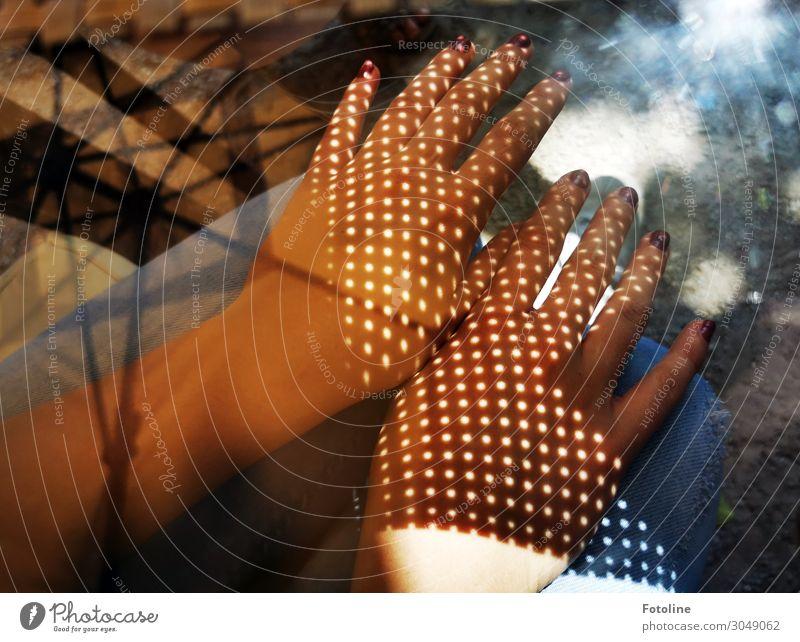 gepunktet Mensch feminin Junge Frau Jugendliche Leben Haut Arme Hand Finger 1 13-18 Jahre hell Wärme Nagellack Fingernagel Punkt Streifen Muster Jeanshose
