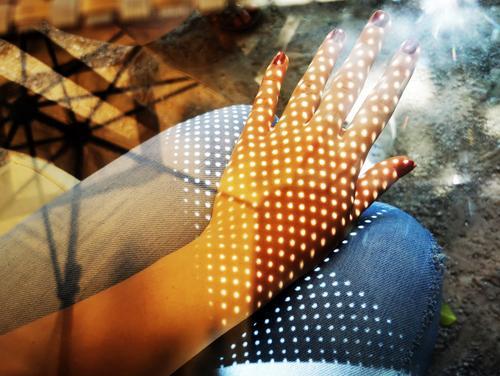Tattoo mal anders Mensch feminin Junge Frau Jugendliche Haut Arme Hand Finger 1 hell nah Wärme blau braun Beine Knie Punkt Nagellack Jeanshose Jeansstoff